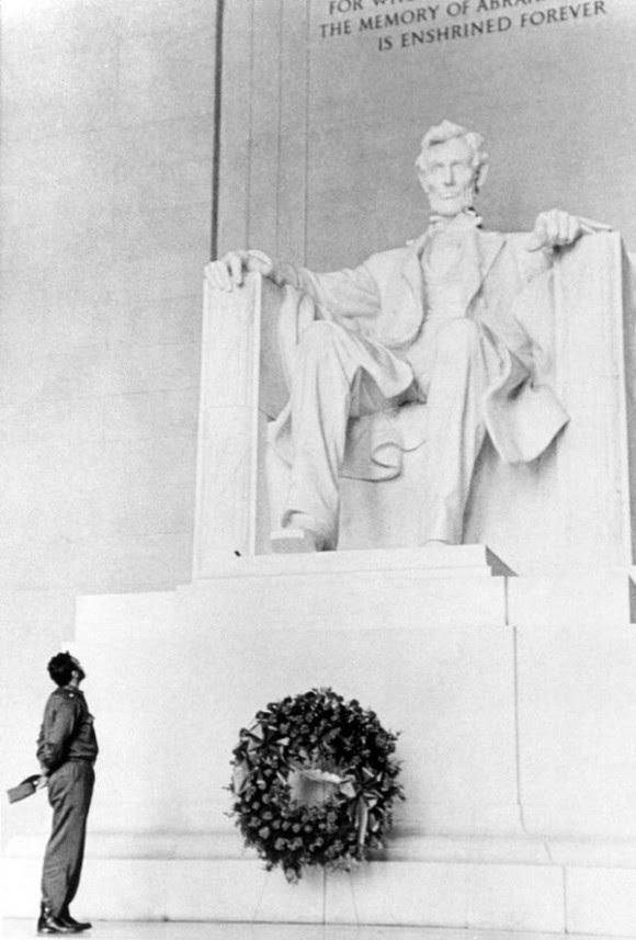 Fidel castro ante el monumento a Lincoln. Foto: Revolución