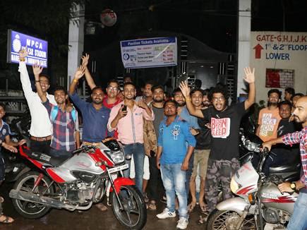 इंदौर में वन-डे के टिकट लेने के लिए रात से लगी लाइन