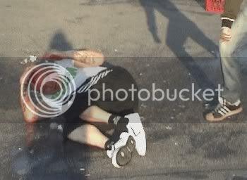 Jens Lindahl ligger blodig kvar på marken kravlande i glassplitter