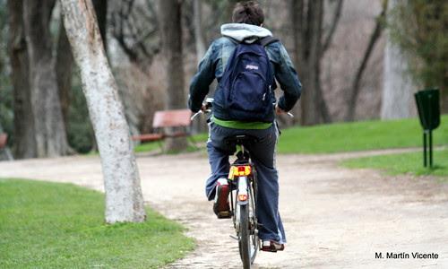 Un chico en bicicleta