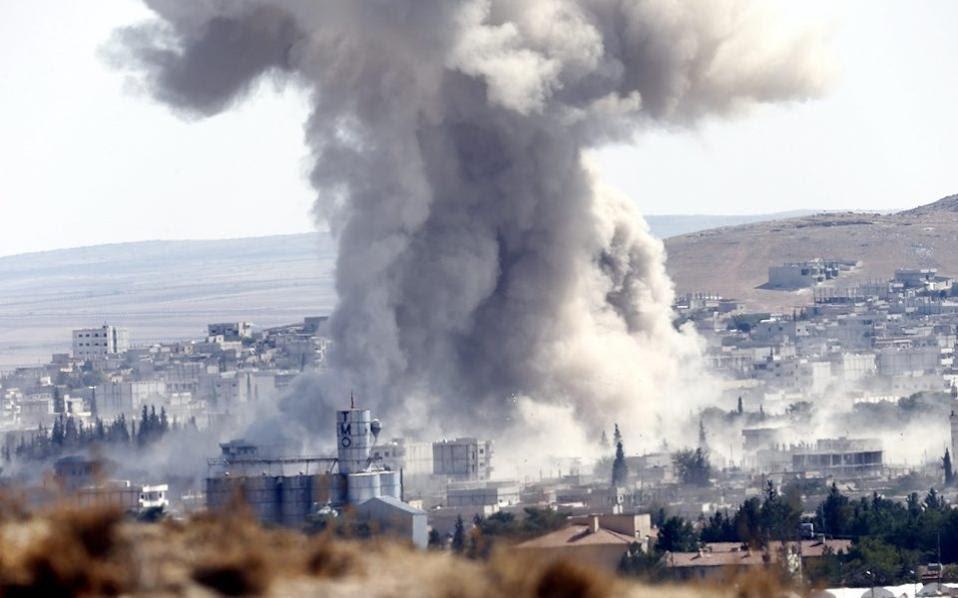 Καπνός αναδίδεται απο το Κομπανί μετά απο αμερικανικό βομβαρδισμό της συριακής πόλης.