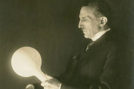 Nikola Tesla sostiene una bombilla en sus manos. | Museo Tesla de Belgrado.