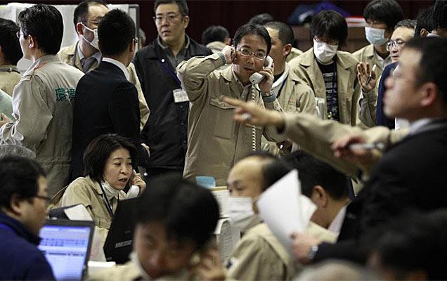Especialistas japoneses analizan la situación de la central atómica Fukushima. | AP