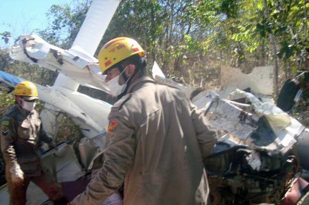 Aeronave caiu de bico em uma mata a 800 metros do aeroporto de Caldas Novas (Corpo de Bombeiros/Divulgação)