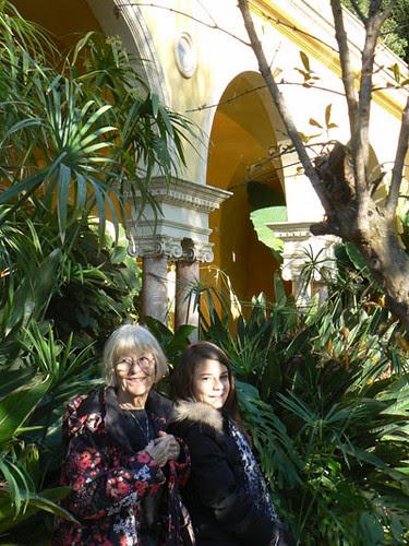 lala et Zoé dans le jardin.jpg