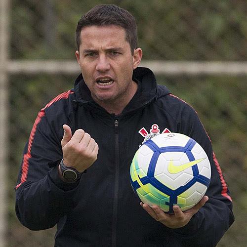 Osmar Loss segura a bola em treino do Timão