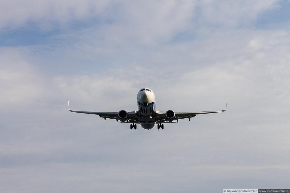 Самолёт, идущий на посадку. Керкира, Корфу, Греция
