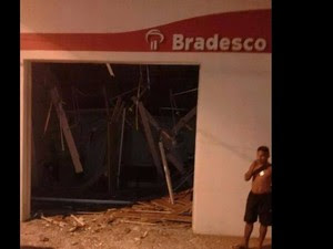 Agência ficou completamente destruída após explosão dos caixas eletrônicos (Foto: Reprodução/Facebook)