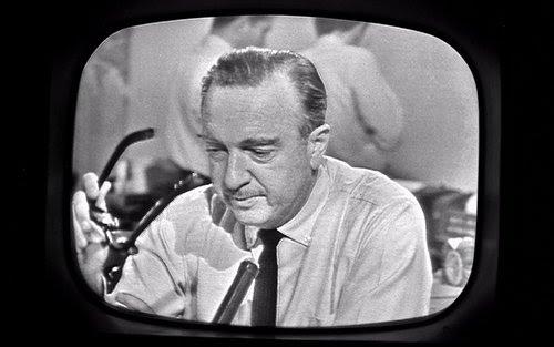 O momento em que um abalado Walter Cronkite tirou os óculos e anunciou a morte de JFK é provavelmente um dos momentos mais intensos da história da televisão.  Também marca o período de transição entre notícias escritas dos velhos tempos e cobertura televisiva ao vivo.
