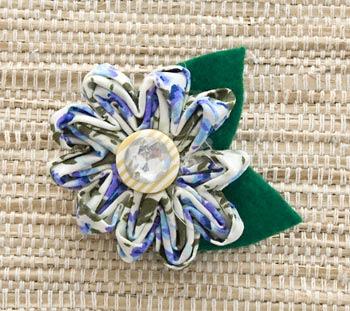 Broche com flor de tecido fru-fru
