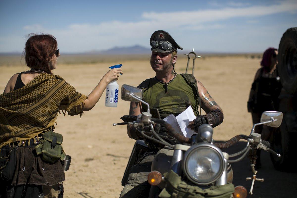 """Fãs de """"Mad Max"""" constroem seu próprio mundo pós-apocalíptico no meio do deserto 17"""