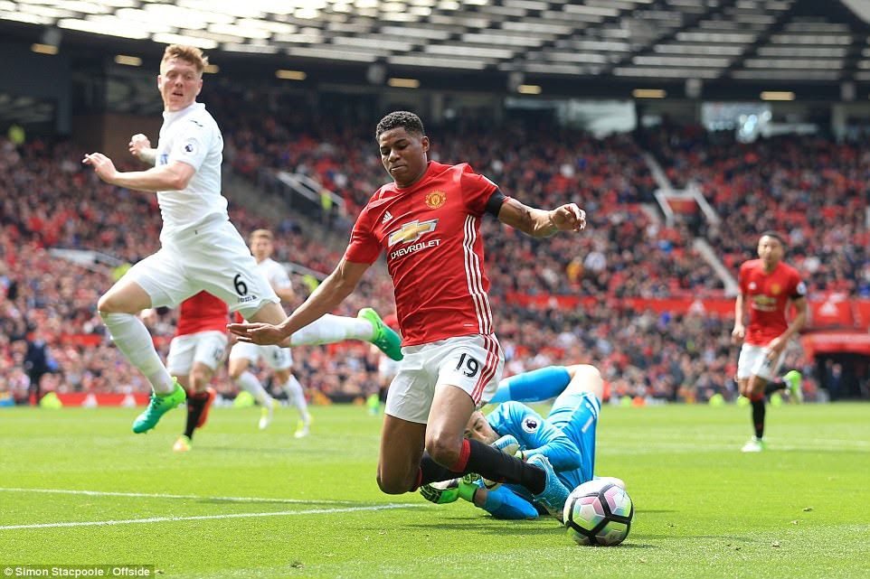Rashford is brought to the ground by Lukasz Fabianski and referee Neil Swarbrick deemed it a penalty after some deliberation