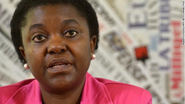 Arrojan plátanos a la ministra italiana de origen africano