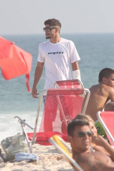 Caio Castro quebra o braço esquiando nos EUA