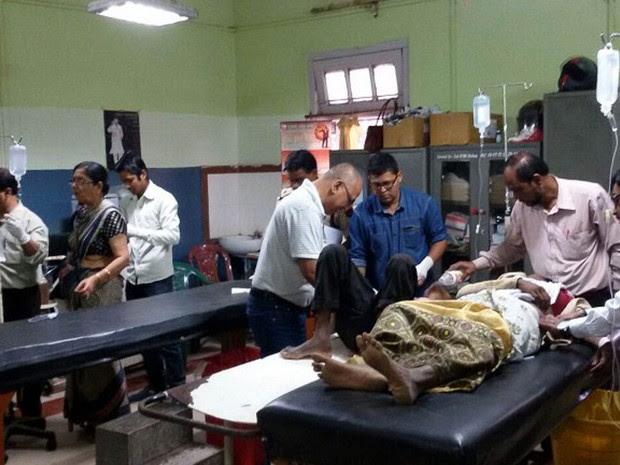 Cabo de alta tensão caiu durante protesto em Tinsukia, na Índia, deixando mortos e feridos (Foto: STR / AFP)