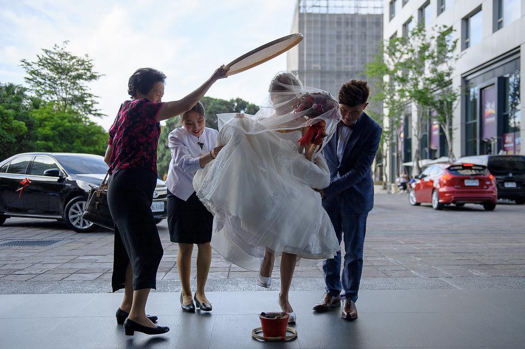 108媒人持米篩遮於新娘與新郎陪同新娘走出大廳