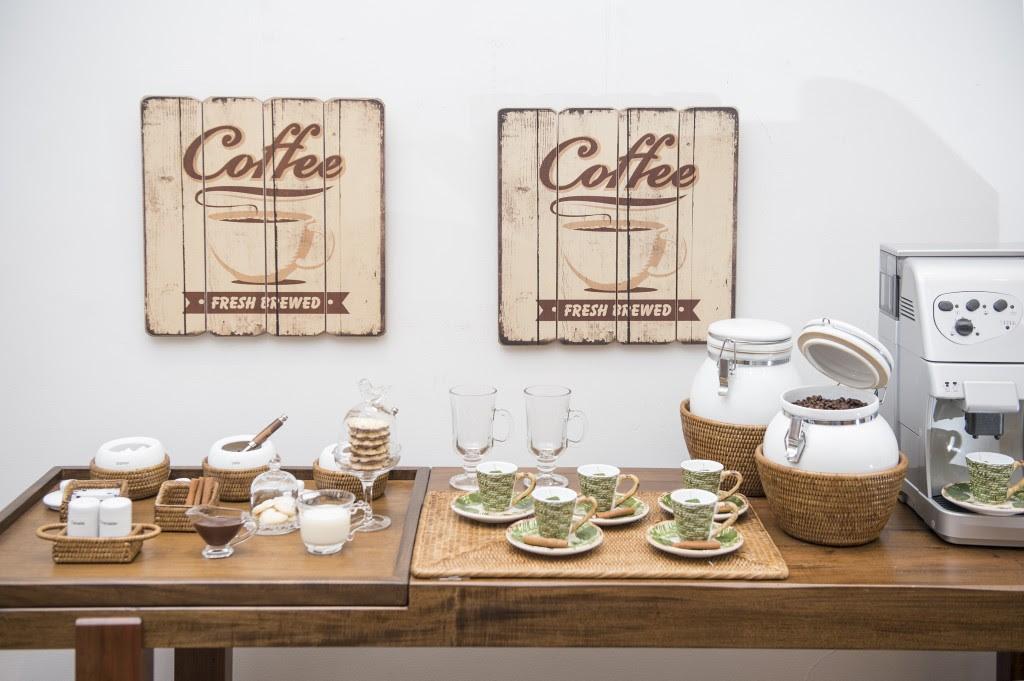 """Cantinho do café com todos os """"temperos"""" para cada convidado incrementar seu café ou capuccino."""