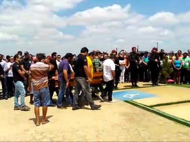 Polícia Civil foi enterrado em um cemitério de Patos, no Sertão da PB (Foto: Hércules Barbosa/TV Paraíba)