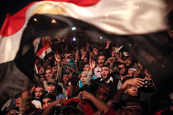 Egípcios celebram o anúncio de que o ditador do país, Hosni Mubarak, renunciou ao poder após 30 anos