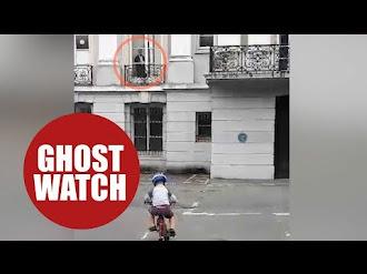 Mujer Fantasma Observa a Niño mientras Juega