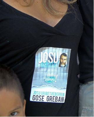 Una mujer con una imagen de apoyo al preso Iosu Uribetxebarri durante la marcha del viernes.