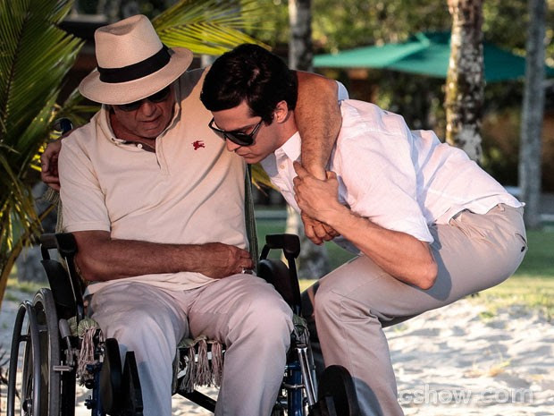 Félix ajuda César (Foto: Amor à Vida/TV Globo)