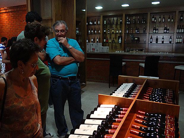 Visitantes apreciam a adega da Fazenda Ouro Verde, dos rótulos Miolo