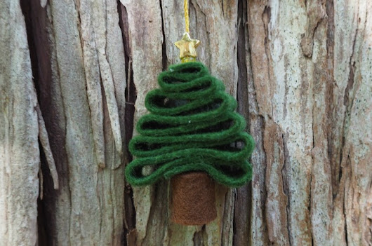 Super simple felt Christmas tree ornament kids can make - Coloured Buttons