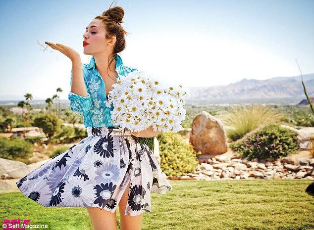 Flirty, diversão e floral: A jovem atriz parece girlie em uma saia-line A camisa estampados e contrastes