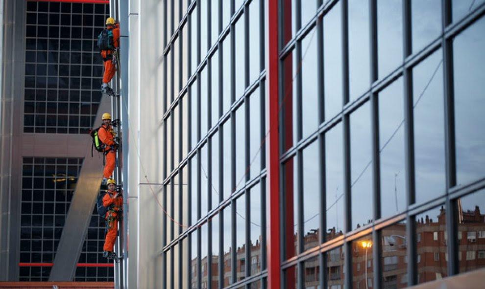 Activistas de Greenpeace en un lateral de una de las Torres KIO. GREENPEACE.