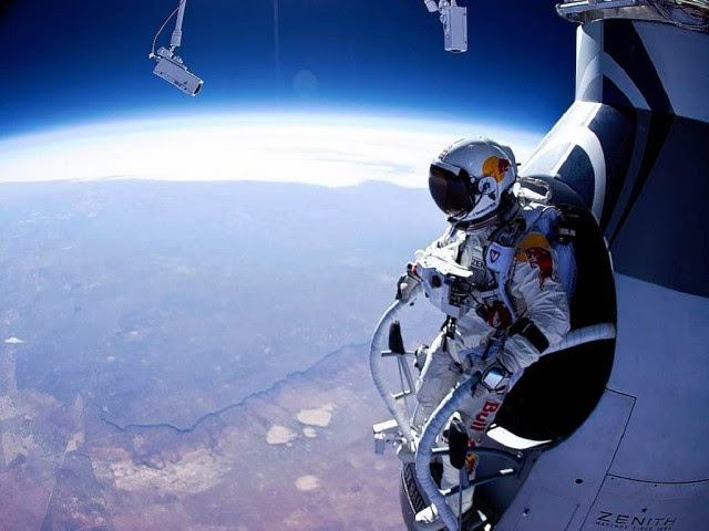 perierga.gr - Το βίντεο πτώσης στη Γη με τα μάτια του «ατρόμητου» Φέλιξ!
