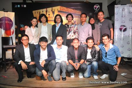 Behind (L-R) - Mai Fernandez, Content Supervisor, Tan Yin Yin, Producer, Airin Zainul, Group GGM ntv7 & 8TV, Ahmad Izham Omar, COO TV Networks, MPB & CEO Primeworks, Emilya Ab. R