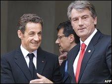 French President Nicolas Sarkozy (l) and  Ukrainian President Viktor Yushchenko