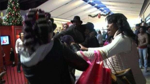 Consumidor flagra briga entre mulheres em shopping dos EUA