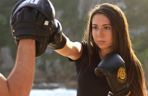 Carolina Portaluppi faz aula de boxe na praia (Foto: Isac luz / EGO)