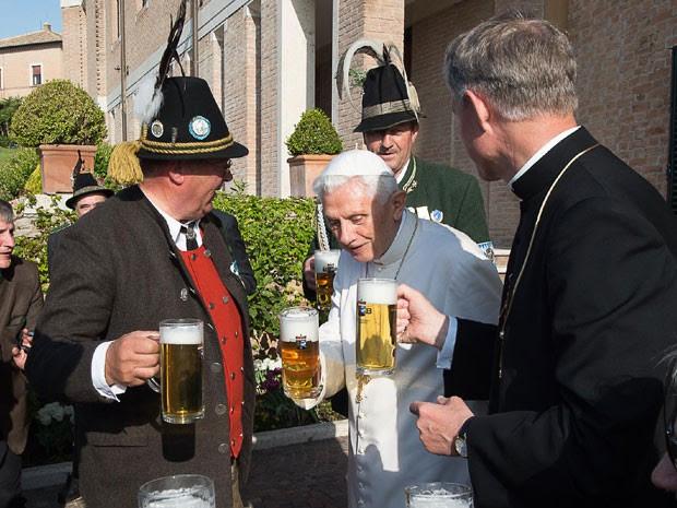 Papa Bento celebra os 88 anos no melhor estilo bávaro (Foto: L'Osservatore Romano/Pool Photo via AP)