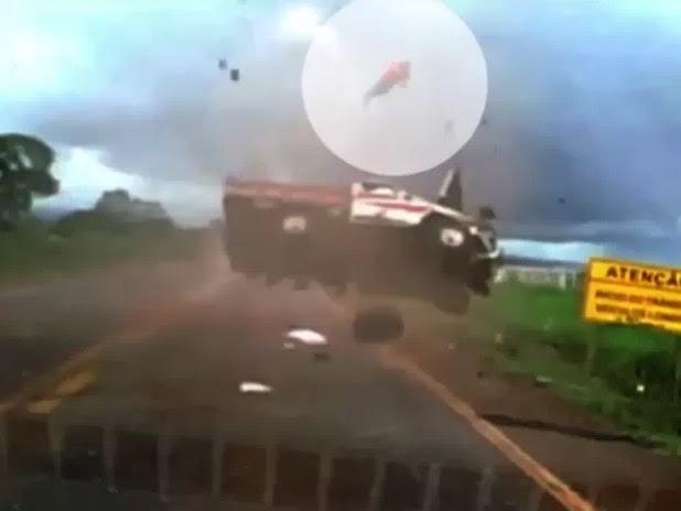 Passageiro é arremessado de caminhonete durante capotamento na BR-158, em Jataí, Goiás (Foto: Reprodução/ TV Anhanguera)