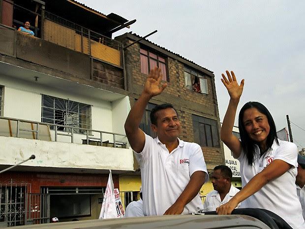 Candidatos presidencial do Peru, Ollanta Humala, e sua mulher, Nadine Heredia cumprimentam simpatizantes durante comício na cidade de Lima (Foto: Reuters)