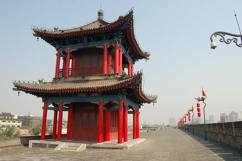 ein roter Pavillion auf der südlichen Stadtmauer von Xi'an, eine Galerie von roten Lampions in den Horizont