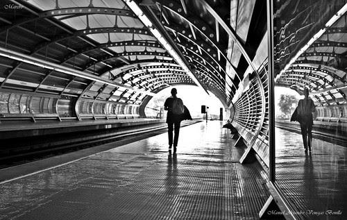 Vista solitaria del metro Rodrigo de Arraya by Alejandro Bonilla