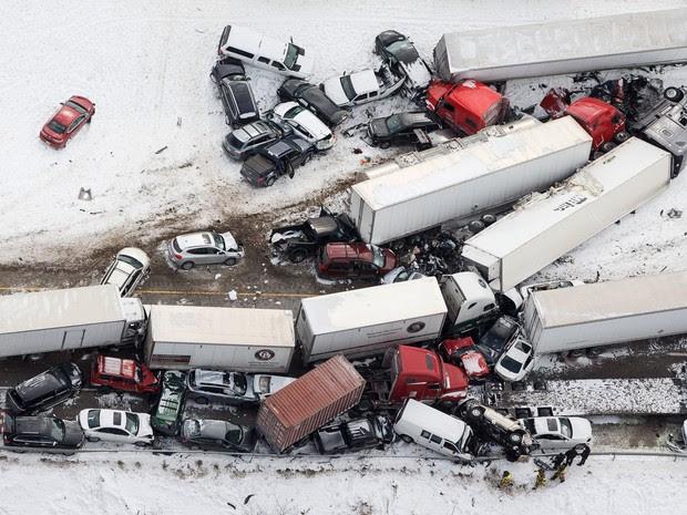 Engavetamento envolveu dezenas de veículos na Pensilvânia, nos Estados Unidos (Foto: James Robinson/PennLive.com via AP)