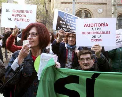 Un escrache frente a la sede del PP en Zaragoza.