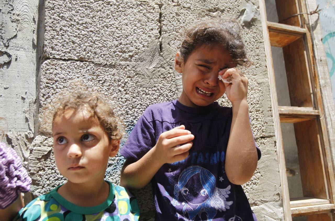 EL SUFRIMIENTO DE LOS NIÑOS DE GAZA. El miedo, el hambre, la sed, el dolor, el desarraigo, la pérdida, la muerte. La cara de los chicos de Gaza, las víctimas indefensas de la escalada militar de Israel que comenzó la operación terrestre como una ofensiva mortal para acabar con el lanzamiento de cohetes en el enclave gobernado por Hamas. En total ya son 261 las personas fallecidas desde el inicio de la operación israelí contra la Franja, 50 de ellos niños y menores. (AFP)