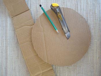 Inicialmente o material é uma caixa de papelão usada, lápis e estilete