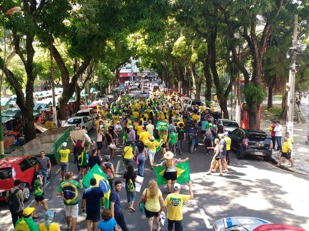 Manifestantes favoráveis ao impeachment marcharam pelo centro de Belém (Foto: Thais Rezende / G1 Pará)