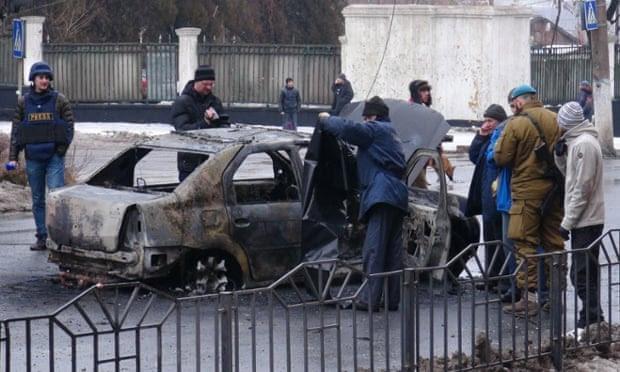 Um veículo queimado visto depois de ter sido atingido por um escudo em Donetsk, Ucrânia.
