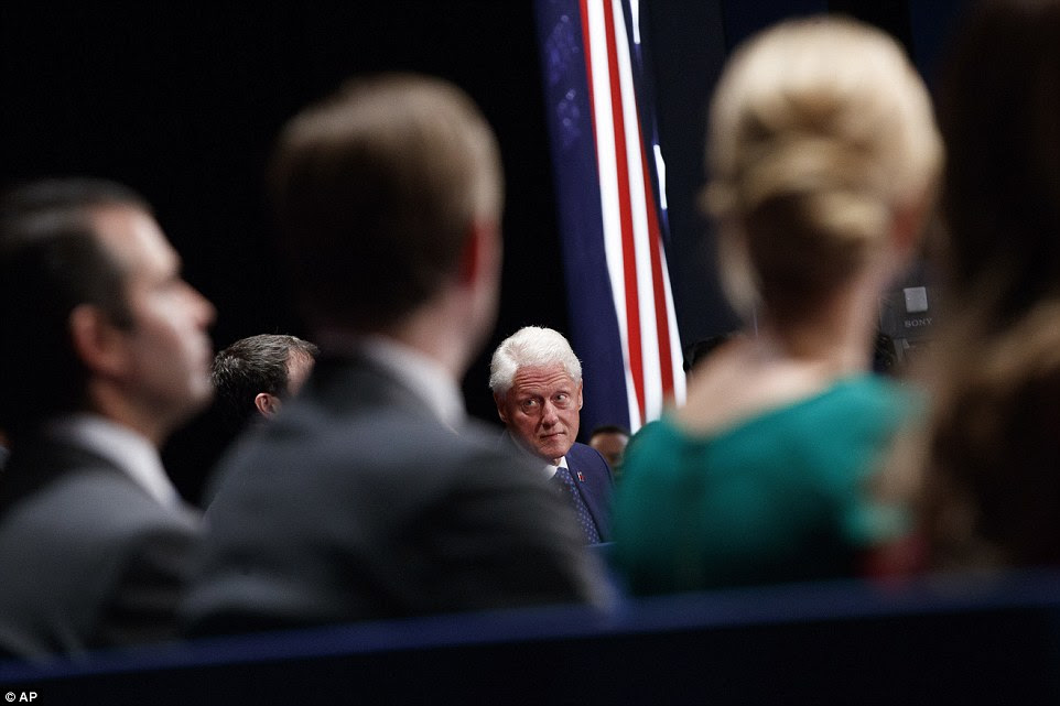O ex-presidente Bill Clinton aguarda o início do segundo debate presidencial em St Louis, Missouri, na noite de domingo