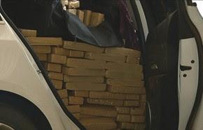 Maconha estava espalhada pelo banco traseiro e porta-malas de carro em Rio Verde, Goiás (Foto: Reprodução/TV Anhanguera)
