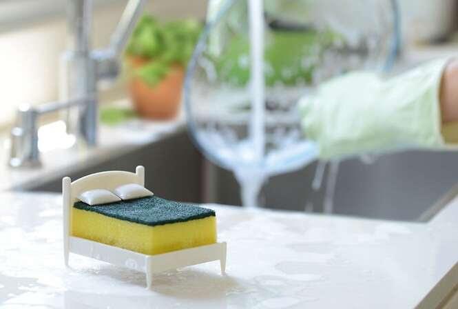 """Porta esponja """"transforma"""" a esponja de cozinha em um colchão de cama"""