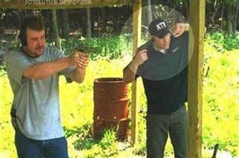 kumpulan foto lucu nutup kuping pakai pistol